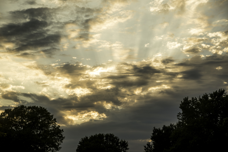 dramatic-skies-at-sunset-with-clouds-and-sun-rays_800